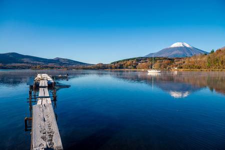 Mount Fuji and lake Yamanaka (Yamanakako), Yamanashi, Japan 版權商用圖片 - 96414286