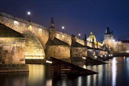 Night cityscape of Charles bridge and Vltava river, Czech Republic 版權商用圖片