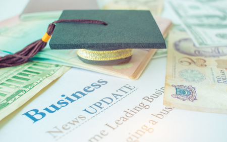 Geld en paspoort met on-brief boek, Business News update Stockfoto