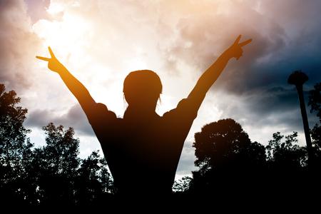 Vaag van opgeheven silhouet Champion de handen, succesvol tegen zonsondergangachtergrond om teamsucces in zaken te tonen. Stockfoto