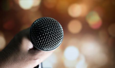 wazig van handen zakenvrouw spraak en spreken met microfoons in de vergaderzaal Stockfoto