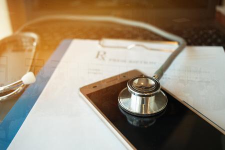 De stethoscoop op het schermtablet, laptop computer bij geneeskunde artsen werkt bij de onduidelijk beeldpatiënt in hostpital, Concept Gezondheidszorg en Medisch. Selectieve aandacht.