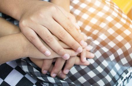Aziatische kleine meisjes hand in hand paar tonen elkaar relatie tussen zus en Familay, liefde ouders vriendschap concept.
