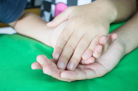 Aziatische meisjes hand in hand paar tonen elkaar Relatie tussen zuster en Familay, liefde ouders vriendschap concept, groene achtergrond.