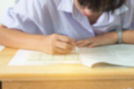 Wazig van studenten die potloodschrijfinformatie gebruiken op wit antwoordpapier op de middelbare school, Aziatische examenruimte, examen is beoordeling bedoeld om kennis, vaardigheden, geschiktheid, onderwijsconcept te meten Stockfoto - 91213870