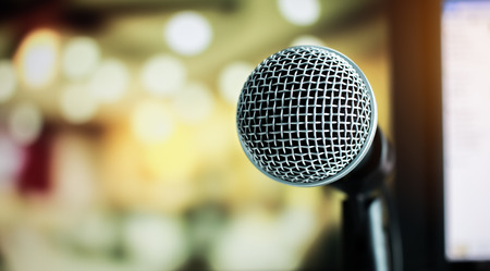 Microphone on abstract blurred of speech in seminar room or speaking conference hall light, Event concert bokeh background Stockfoto