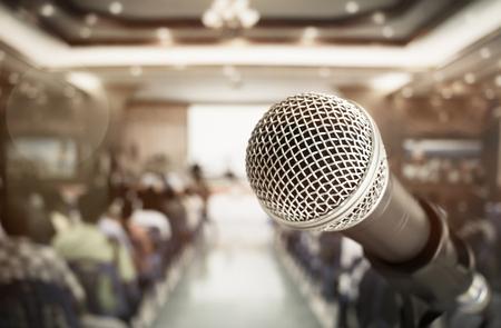 micrófono de primer plano para el habla y la enseñanza en la sala de reuniones, sala de conferencias en la escuela, los negocios y el concepto de educación