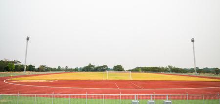 Rode tredmolen, track hardlopen en voetbalveld in het stadion met gras. Stockfoto - 91513246