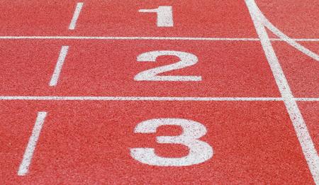 Atletiekbaan, start- en getallenlijn Stockfoto - 91465488