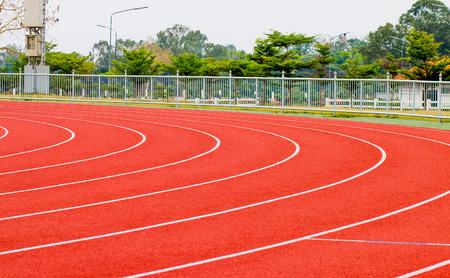 Baanwielrennen, rode loopband voor atletiek en competitie. Stockfoto - 91452239