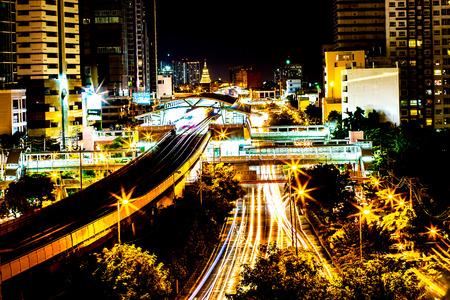 Kleurrijk van nacht van stads de moderne gebouwen en weg lichte abstracte die achtergrond, met de-nadruk bokeh lichten van stedensteden van het weerspiegelen van de bouw in Bangkok Thailand wordt verfraaid. Stockfoto - 91740903