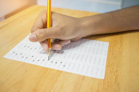 Hoogste mening van School Aziatische studenten die examens nemen die antwoord optische vorm met potlood in universitair klaslokaal schrijven, mening van het hebben van examens in klasse op zetelrijen, Onderwijstest en geletterdheidsconcept. Stockfoto - 91721272