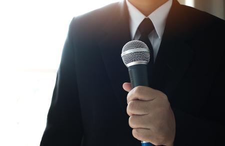 Journalisten indienen microfoon interviewen aan zakenman. Slimme Verslaggever die gesprek en toespraak met microfoon nemen bij presentatie in conferentie, Bedrijfsseminarieconcept Stockfoto - 91725947