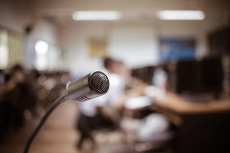 Wazig van Speaker mini-microfoon, Microfoon in vergaderruimte of seminariezaal in zakelijk evenement of academische klassentraining in collegezaal, Concept van spraak en spreken. Stockfoto