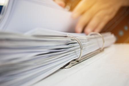 Handenzaken die de omslagen van het documentenbeheer in bureau voor de dossiers van het Jaarverslag over Samenvatting vage foto van zakenmanhanden controleren die met laptop computer werken. zakelijk druk concept Stockfoto - 92931167