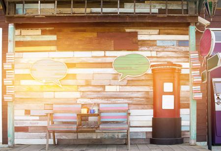 Houten uitstekende textuurachtergrond voor achtergrond. Vintage oude shabby houten hek en postbus van geschilderde planken, rustiek blauw en keynoet retro houten bord, achtergrond invoegen voor tekst van de klant