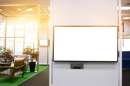 LCD leeg reclamebord voor kopie ruimte in uw tekstbericht of promotionele inhoud, openbare informatiebord op luchthaven, reclame mock up leeg in grootstedelijk gebied. Achtergrond tekst invoegen van klant. Stockfoto - 92931194