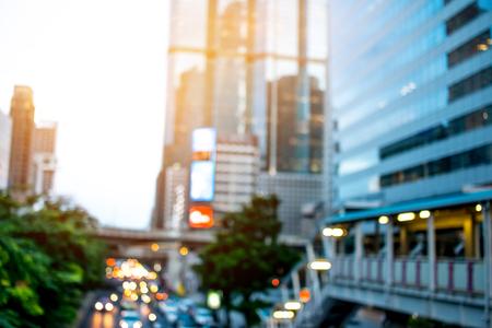 De mening van Bangkok van de bedrijfs moderne bouw in avond bij de massadoorgangssysteem BTS van Bangkok, skytrain door de post van Chong Nonsi van stadscentrum. Stockfoto - 92931195