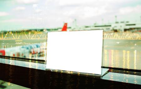 Bespotten van wit Label op tafel voor lege menukader in restaurant in ariport, Stand voor acryl tentkaart Gebruikt voor menubalk, vervaging van lichte achtergrond invoegen voor tekst van klant. Stockfoto - 92931199