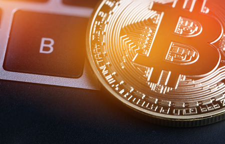 Bitcoin, Cryptocurrency is modern van Exchange Digital-betalingsgeld, Gold Bitcoins-circuit met B-lettersymbool op toetsenbord. Cryptocurrency kan digitale valuta's, virtuele valuta's op webmarkten gebruiken Stockfoto - 92883620