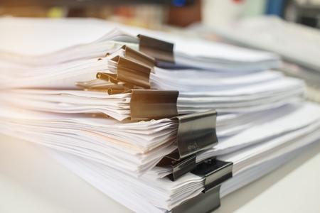 Pila de papel, pila de documentos sin terminar en el escritorio de la oficina relacionados con las funciones comerciales. Pila de documentos comerciales para los archivos del Informe Anual, el documento está escrito, dibujado, presentado. Concepto de oficinas comerciales.