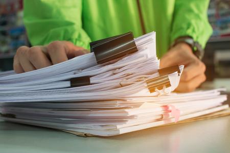 Zakenman, handen, werkende, in, stapels, van, papieren bestanden, voor, zoeken, informatie, op, werkbank, bureau, zakelijk, rapport, papieren, stapels, van, onafgewerkt, documenten, realiseert, met, clips, binnen, zakelijk, concept Stockfoto