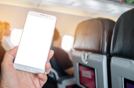 Bedrijfsmensenhanden die gebruiks slimme telefoon in vliegtuig vage achtergrond, model leeg adverising malplaatje houden. invoegen voor tekst van klant. Ruimte voor sms'en in uw producten of promotie. Stockfoto - 92942530