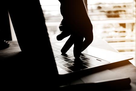 Cybercrimehand die uit laptop computer en aanval bereiken die in Internet-diefstal betekenen terwijl het gebruiken van online bankwezen, het Concept van de Betalingsveiligheid. Anonieme hacked in Black