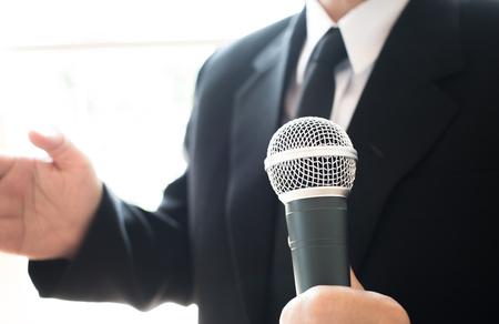 wazig van slimme zakenman spraak, praten met microfoon in seminar conferentie vergaderzaal, selectieve aandacht