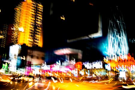 Samenvatting van veelkleurige stadslichten balken in beweging, bewegende kleurrijke lijnen of licht schilderij LED gebouw abstractie op drukke stad licht paden, Rainbow en chaos zwarte achtergrond. Verticale desigh Stockfoto - 92931210