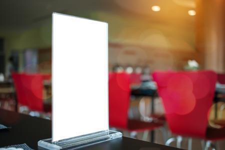 Bespotten van witte Label voor lege menukader in Bar restaurant café., Stand voor boekjes met vellen papier tentkaart op tafel cafetaria, wazig achtergrond invoegen voor tekst van klant. Ruimte voor sms'en. Stockfoto - 92942535
