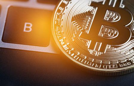 Bitcoin, Cryptocurrency is modern van Exchange Digital-betalingsgeld, Gold Bitcoins-circuit met B-lettersymbool op toetsenbord. Cryptocurrency kan digitale valuta's, virtuele valuta's op webmarkten gebruiken