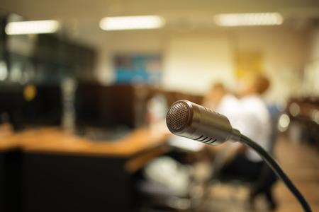 Wazig van Speaker mini-microfoon, Microfoon in vergaderruimte of seminariezaal in zakelijk evenement of academische klassentraining in collegezaal, Concept van spraak en spreken. Stockfoto - 92942664