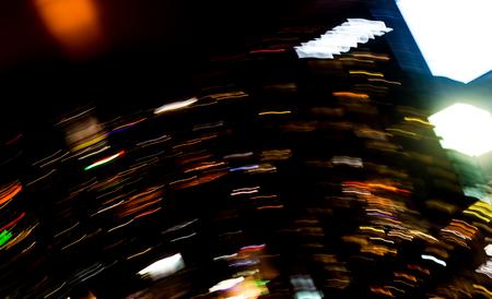 Mooie verlichting van nacht futuristische lijn LED gebouw abstract, schieten stijl licht kleur vervagen in gewervelde nacht lichten drukke stad abstracte achtergrond. Beweging van oorsprong van multi gekleurde lichten.