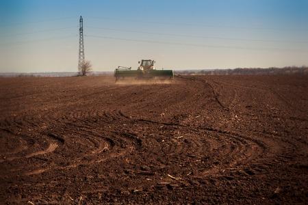 siembra: panorama de la siembra tractor en el campo al amanecer