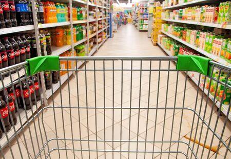 Rosja, Supermarket - 1 lipca 2019 r. - Kup z koszykiem konsumenckim