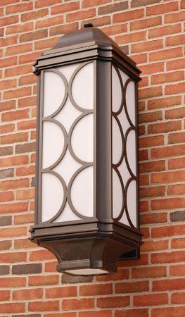 wall sconce: Pared de metal de candelero sobre fondo de ladrillo, al aire libre
