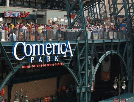 ballpark: DETROIT, MI - 11 de julio: Fans salir el estadio despu�s de la p�rdida de los Tigres de Detroit a los Minnesota Twins el 11 de julio de 2010 en Detroit, Michigan.