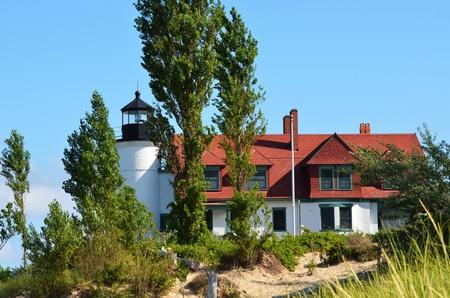 lake michigan lighthouse: Betsie PT. Faro, lago Michigan, con �rboles y dunas de arena