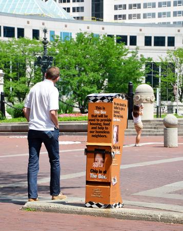 interventie: INDIANAPOLIS - 16 juni: Dozen zoals deze in het centrum van Indianapolis, die op 16 juni 2014, worden gebruikt om fondsen voor de Coalitie te zamelen voor de Homeless interventie en preventie organisatie. Redactioneel