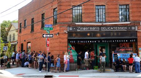 ANN ARBOR, MI - AUGUST 3: Customers wait to enter Zingermans delicatessen in Ann Arbor, MI on August 3, 2014.  Zingermans co-owner Paul Saginaw has lobbied to increase the minimum wage. Sajtókép