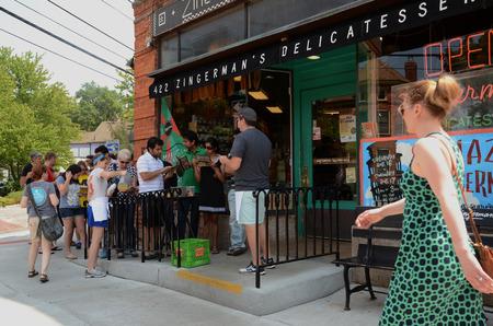 minimum wage: ANN ARBOR, MI - 03 de agosto: Los clientes esperan para entrar delicatessen de Zingerman en Ann Arbor, MI, el 3 de agosto de 2014. copropietario de Zingerman Paul Saginaw ha presionado para aumentar el salario m�nimo.