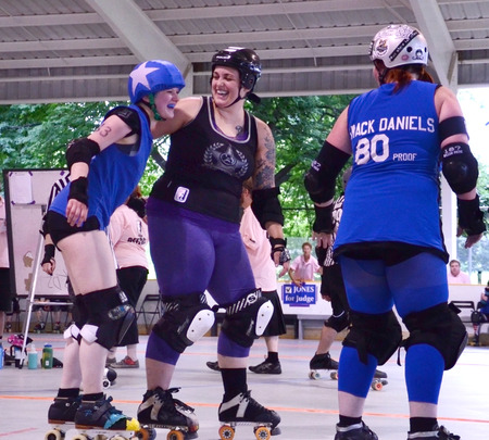 ANN ARBOR, MI - JULY 12: Arbor Bruising Co. defender and Northern Kentucky Shiners jammer share a light moment during their roller derby game in Ann Arbor, MI on July 12, 2014.  Редакционное