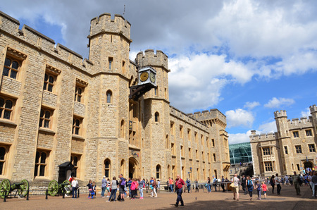beefeater: LONDON - AUGUST 6: Tourists wait to see the Crown Jewels at the Tower of London on August 6, 2015. Editorial