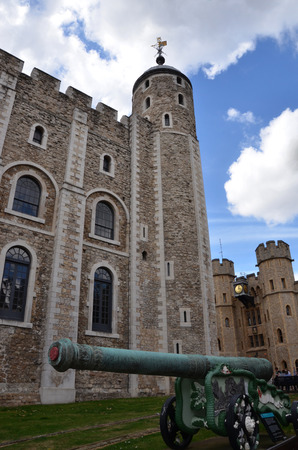 beefeater: LONDON - AUGUST 6: A cannon guards the Tower of London on August 6, 2015.