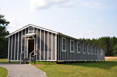 ROSCOMMON, MI - 22 augustus: De slaapzaal van het Civilian Conservation Corps Museum in Roscommon, MI, hier afgebeeld op 22 augustus 2015, toont veel persoonlijke bezittingen.