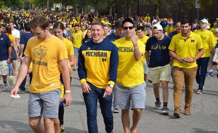 アナーバー、MI - 9 月 26 日: ミシガン大学フットボールのファンは 2015 年 9 月 26 日の BYU の試合前にスタジアムを入力します。ミシガン州のゲーム 0-3