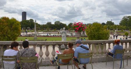 PARIJS - 12 augustus: Bezoekers zitten in de tuin van Luxemburg in Parijs, Frankrijk op 12 augustus 2016. De tuin werd gemaakt in 1612.