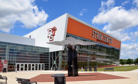 BOWLING GREEN, OH - 25 juni: Stroh Center arena op Bowling Green State University in Bowling Green, Ohio, wordt getoond op 25 juni 2017. Het heeft Gold LEED-certificering.