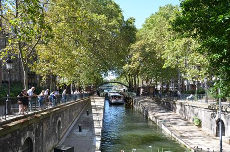 PARIGI - 7 AGOSTO: I turisti sono indicati durante un giro della barca nel canale Saint-Martin a Parigi, Francia il 7 agosto 2016. È stato ordinato da Napoleon nel 1802 per portare l'acqua dolce a Parigi. Archivio Fotografico - 81828438